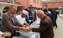 Belediye Başkanımız Bayram ÖZTÜRK  Vatandaşlara Aşure Dağıttı.